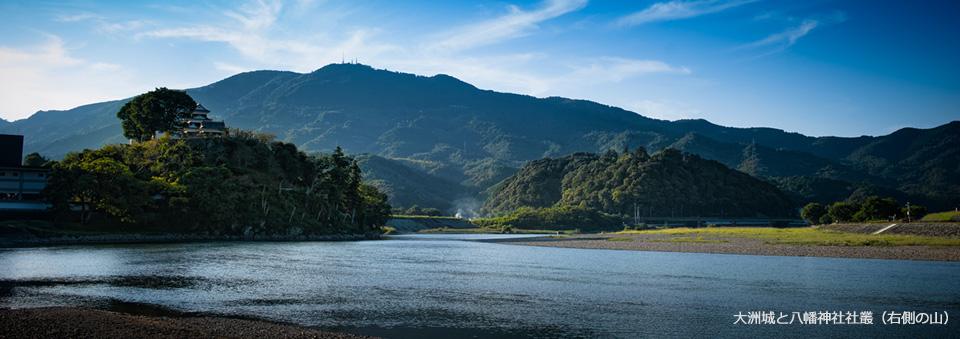 大洲城と八幡神社社叢(右側の山)